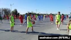 """Türkmen ýaşlary """"Saglyk hepdeligi"""" döwründe dürli sport çärelerine gatnaşýarlar."""
