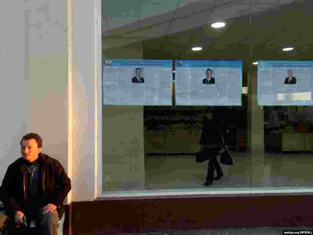 """Ташкенттің """"Мирабад"""" базарындағы ет сататын жерде ілінген Өзбекстан президенттігіне кандидаттардың сайлауалды материалдары. 30 қараша 2016 жыл."""