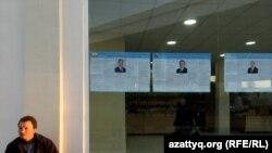 Mirabad bazarında Özbəkistan prezidentliyinə namizədlərin seçkiöncəsi təşviqat materialları. Daşkənd, 30 noyabr 2016-cı il.