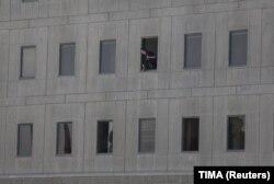 Іранський поліцейський дивиться з будівлі парламенту в центрі Тегерана. 7 червня 2017 року