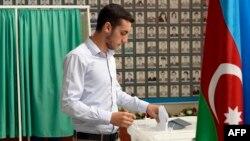 Референдумда дауыс беріп тұрған сайлаушы. Баку, 26 қыркүйек 2016 жыл.