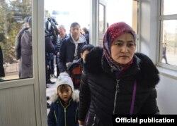 Қордайдағы жанжалдан кейін Қырғызстанға қашқан азаматтар Қазақстан жағына қарай қайта өтіп жатыр. 9 ақпан 2020 жыл.