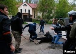 """Избиение участников митинга """"За единую Украину"""" в Донецке, 28 апреля 2014 года"""