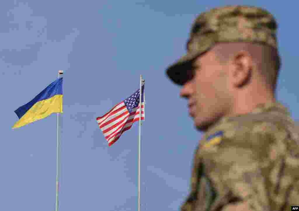 Украинский военнослужащий во время церемонии открытия учений.