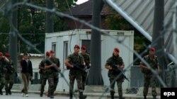 Патруль сил KFOR на мосту, разделяющем Косовску Митровицу на сербскую и албанскую части