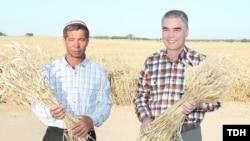 عکس تبلیغاتی قربانقلی بردی محمداف در کنار یک کشاورز