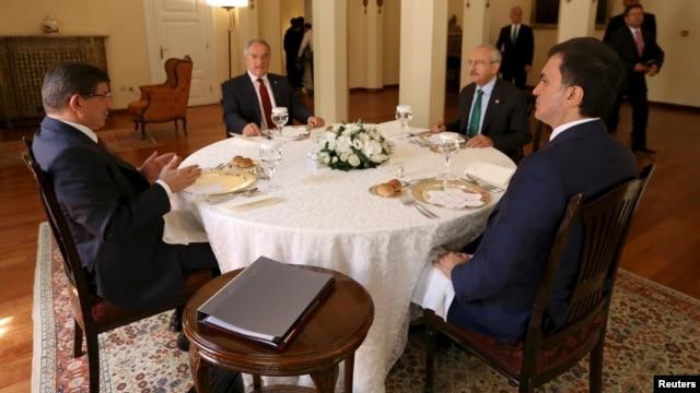 احمد داوداوغلو، رهبر حزب عدالت و توسعه، بر سر میز مذاکره با کمال کیلیچداروگلو، رهبر حزب جمهوریخواه خلق
