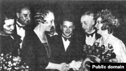 Андрей Седых (в центре) во время вручения Ивану Бунину Нобелевской премии по литературе