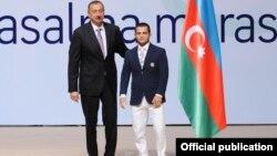 İlham Əliyev güləşçi Rövşən Bayramovla birlikdə