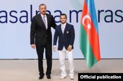 Prezident İlham Əliyev və idmançı Rövşən Bayramov