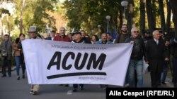 Lideri și simpatizanți ai mișcării de rezistență Acum la un protest la Chișinău
