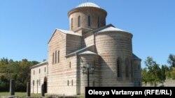 Абхазское общество однозначно высказалось за то, чтобы воссоздавалась церковь, и это не противоречит позиции Митрополии
