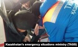 Yonib ketgan avtobusdagilarga qutqaruvchilar yordam ko'rsatmoqda. 2018, 18 yanvar