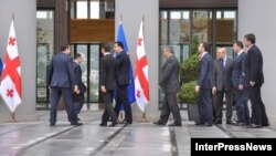 Բիձինա Իվանիշվիլին եւ իր թիմակիցները Միխեիլ Սաակաշվիլիի ուղեկցությամբ մտնում են Վրաստանի նախագահի նստավայր, 9-ը հոկտեմբերի, 2012թ.