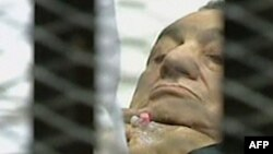 Бывший президент Египта Хосни Мубарак на судебном заседании. Каир, 15 августа 2011 года.