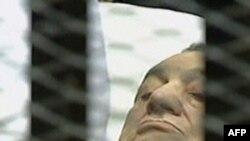 Зембілде жатқан бұрынғы президент Хосни Мүбәрәк. Каир, 15 тамыз 2011 жыл.