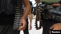 Эркин Сирия армиясынын жоокерлери Дамаскинин колтугундагы Сакба маалесинде кайгуулда. 17-август, 2012