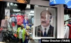 Партрэт Аляксандра Лукашэнкі ў гандлёвым цэнтры ў Маскве