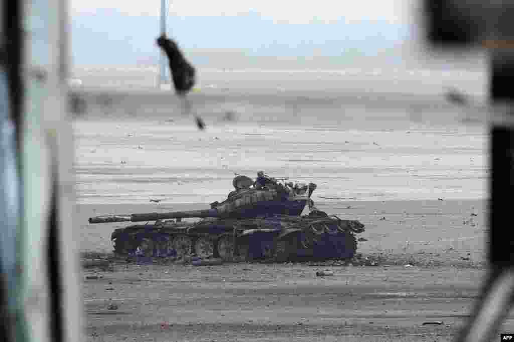 Әуежай алаңында қираған әскери танк. 16 қазан 2014 жыл.