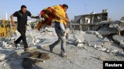 В докладе говорится, что мирных жителей в селении Хула убивали при попытке вынести из домов тела погибших