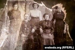 Старое сямейнае фота. Крайняя справа маці Кутковіча Кацярына. Зь ёю дзьве сястры Аляксандра ды Анастасія, а таксама браты Мікалай і Пётра