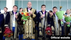 Артур Таймазов (в центре) в национальном узбекском халате после победы на олимпийских играх 2012 года в Лондоне.