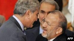منوچهر متکی و شاه محمود قریشی وزرای خارجه ایران و پاکستان در کنفرانس توکیو