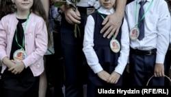 Ученики младших классов на школьном празднике