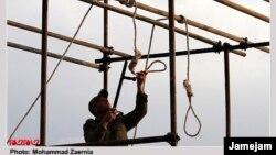 Иранский военный готовит виселицу для публичной казни.