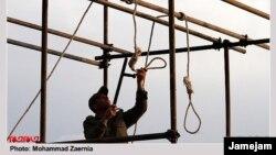 Иранский солдат готовит петлю для публичной смертной казни. Иллюстративное фото.