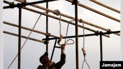 Иранский солдат готовит место казни. Иллюстративное фото.