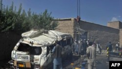 Kabulda parahat ilaty daşaýan mini-awtobus bomba hüjüminde partladyldy. 7-nji awgust, 2012 ý.