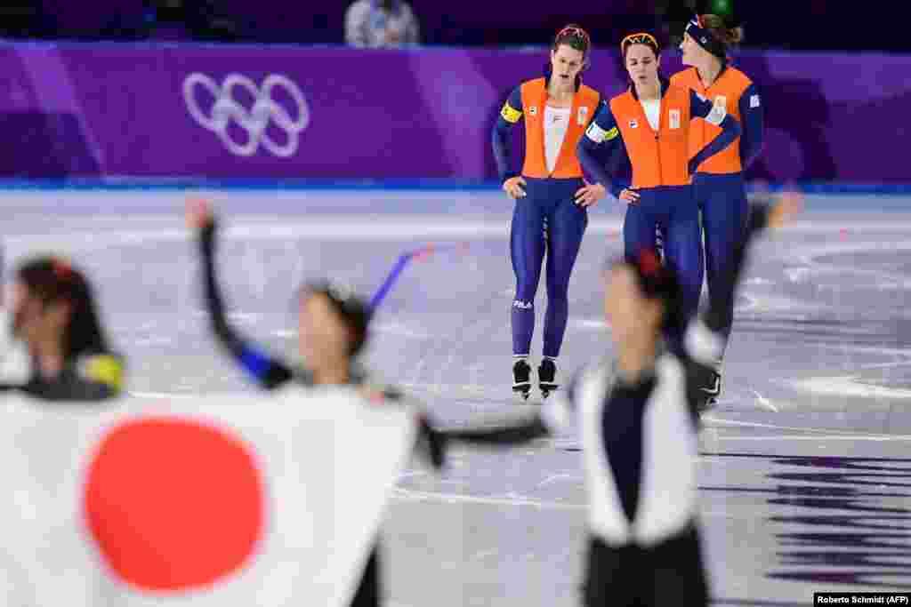 Ковзанярський спортюЗліва на право: спорстменки з Нідерландів Ірен Вюст, Марріт Ленстра та Антуанетте де Йонгреагують на срібло, а японська команда (на передньому плані) святкує золото у фіналі жіночої командної гонки