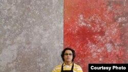 الفنان محمد قريش أمام أحدى لوحاته في مشغله بهولندا