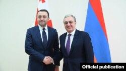 Министр иностранных дел Армении Зограб Мнацаканян (справа) и министр обороны Грузии Ираклий Гарибашвили.