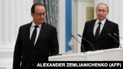 Russian President Vladimir Putin (right) and French counterpart Francois Hollande arrive to hold a press conference after their meeting in Moscow in November 2015.