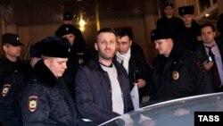 Полицейские задерживают российского оппозиционера Алексея Навального. Москва, 19 февраля 2015 года.