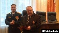 Сергей Ходько (справа) получает медаль за аннексию Крыма, архивное фото
