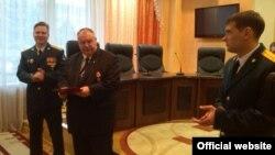 Сергій Ходько (2-й л) отримує медаль за анексію Криму, грудень 2014 року