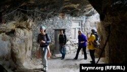 Иллюстрационное фото: Крым, Балаклавский район, туристы в пещере монастыря Шулдан