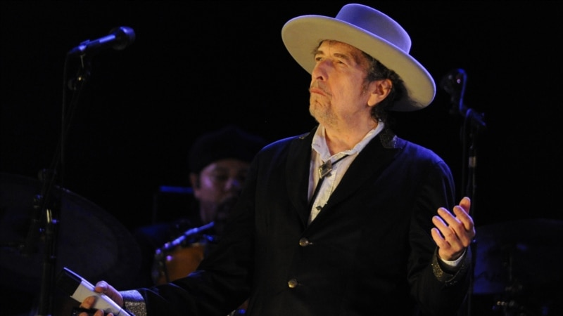 باب دیلن، ترانهسرای آمریکایی، برنده نوبل ادبیات ۲۰۱۶ شد