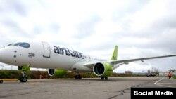 Самолет авиакомпания airBaltic. Иллюстративное фото.