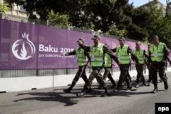 Soldaţi azeri în apropiere de orăşelul sportivilor