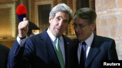 Ministri italian Terzi (djathtas) me sekretarin ameriakn Kerry