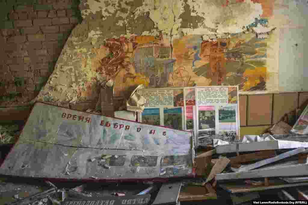 Стенди в одній із навчальних кімнат училища з фотографіями радянських військових