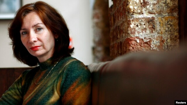 U.K. - Chechen journalist and activist Natalia Estemirova poses at the Front Line Club in London October 4, 2007. Estemirova was awarded the first annual Anna Politkovskaya award for women defenders of human rights in war in London on Thursday.  REUTERS/D