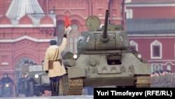 Arxiv foto. Rusiya Ordusu Moskvada Qızıl Meydanda parada hazırlaşır.