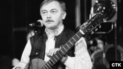 CZECH REPUBLIC-- Karel Kryl performing in Prague, 1989.