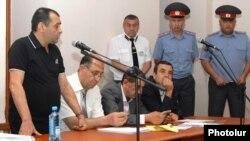 Ամբաստանյալ Խաչատուր Պողոսյանը (ձ) ցուցմունք է տալիս դատարանում, 20-ը հունիսի, 2013