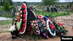Могила десантника, погибшего на Украине, на кладбище в Выбутах под Псковом
